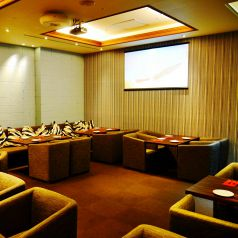 20~40名様の個室。プロジェクター、マイク、音響、照明も完備。