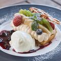 料理メニュー写真【デザート】カスタードクリームとフルーツとワッフルケーキ