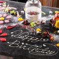 クーベルチュールを使用したショコラケーキとフルーツ盛合せに!贅沢に果実ピューレで使った5種類ソースでテーブルに絵やメッセージをスタッフが書きます!お客様も希望のコメントや要望があれば、ぜひ相談させてください。