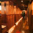 半個室のテーブルが並ぶ小上がりの廊下