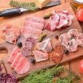 料理メニュー写真生ハムとサラミの盛り合わせ(4種)