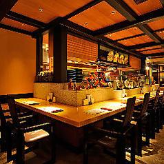 和の上品なインテリアと温かみのある照明が落ち着く店内。カウンター席は10名様までご着席可能です。ご夫婦でのお食事やデートに。