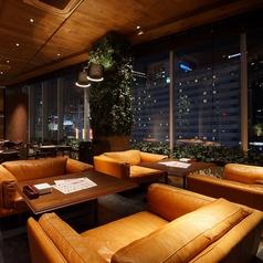 夜景が望めるソファ席。合コンやデートにおすすめです。