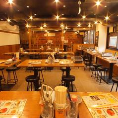 開放感のある1階テーブル席には、2名様掛けテーブルや4名様掛けテーブルが並んでおり、様々な人数、用途に対応可能です。少人数のお食事からご宴会まで当店にお任せください♪ご要望に合わせてお席をご用意致しますので、お気軽にお問い合わせください。