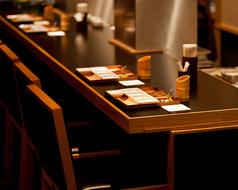 落ち着いた居心地の良い空間で、ゆっくりとお食事がたのしめるカウンター席です。