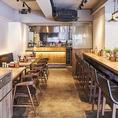 キッチンが見える開放的な空間♪ナチュラルな雰囲気のテーブル席をご用意しております。