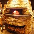 大きな窯でこだわりのピザを焼き上げます!
