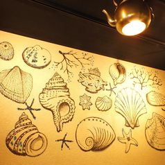 壁には貝賊らしいお洒落な絵が…!