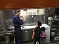子どもたちに厨房の仕組みを教える優しいマスター♪
