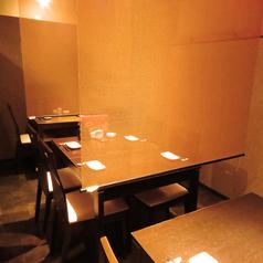 落ち着いた雰囲気のテーブル席は簾を使ってプライベート感をだすことも可能です!(4名様用テーブル×2/2名様用テーブル×1)