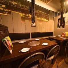 大きいテーブルをご用意しております。真ん中に七輪を置いてもゆったりくつろげる空間になります。ぜひご利用ください!!