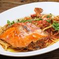 ヴァカンツァ名物!丸ごとオマール海老とたっぷり魚介が入ったトマトソースのパスタ! 旨みいっぱいの味わいはもちろん、豪快な具材にもご注目ください。