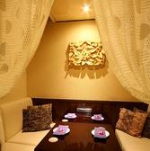 対面式のソファテーブルはカーテンで仕切られたお客様だけの空間演出♪