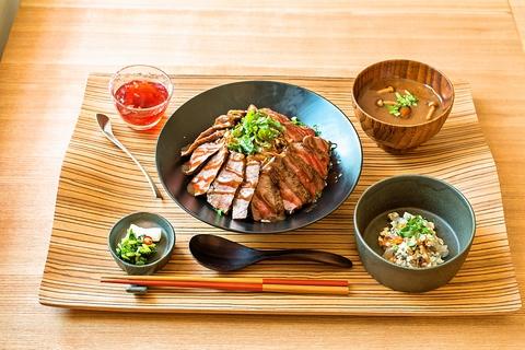 上質な国産牛をたっぷり使用したステーキ丼830円(税抜)(+120円(税抜)で定食にできる)