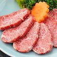 【豊富な肉】ベテランのシェフが厳選した40種以上の肉。ハラミ、上ミノ、ラムに魚介、ホルモンまで。炭火で素材の味そのままにお召し上がりください。噛み締めるごとに旨みが溢れるでるお肉たち。ベテランシェフが長年培った経験で選ぶ極上肉をお得に楽しめるのが魅力です。