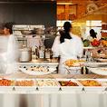 オープンキッチンの中でシェフたちが腕を振るう姿をまるでシアターのように眺められます。