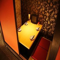 4名様までご利用いただける個室です。完全個室なので接待にも向いております。気の合う仲間との何気ない食事でも活躍しそうですね♪また、こちらはお席のご予約もOKですので、ご予約の際はお電話で直接店舗の方までお問い合わせ下さい。