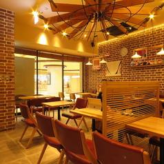 カフェ使いもできるカジュアルな店内。ゆったりとした時間を過ごしたいビジネスマンやOLに人気です。