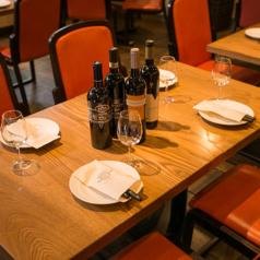 自由にレイアウト可能♪木のぬくもり感じるテーブルに赤い椅子がよく映えます!おしゃれな店内で、本格イタリアンがお楽しみいただけます。