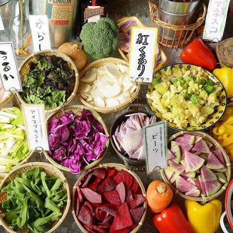 ベヂロカ自慢の一つが新鮮な野菜を食べられるサラダバー♪野菜の美味しさをそのまま味わえるように切ったばかりのみずみずしい状態で、色鮮やかに陳列しています!