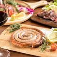 ジビエ本来の旨さを楽しむ炭火のグリルや牡丹鍋や桜鍋の他に、お客様の目の前で作る燻製料理や自家製サルシッチャなど伝統あるジビエ料理から、大胆にアレンジした個性あふれるジビエ料理までジビエで新たな「食」の楽しみ方を提供致します!