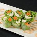 料理メニュー写真こだわり野菜とトロサーモンの生春巻き