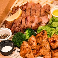 自家製むね肉のピリ辛ジャークチキン200g+高級イベリコ豚180g