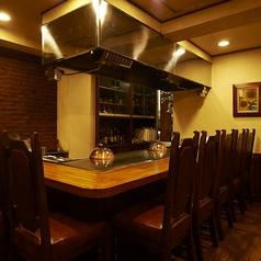 鉄板を囲んだ9名様まで着席できるL字のお席です。鉄板を目の前に自慢のステーキが焼きあがるライブ感も楽しめるお席です。