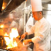 【料理人の技と笑顔溢れるサービス】
