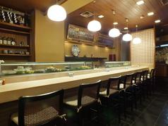 カウンター8席ございます。店主がお寿司を握る姿を目の前でご覧いただけます。落ち着いた雰囲気でゆったりとお過ごしいただけます。