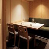 最大個室は22名様までとなります。店内は喫煙席ですが、可動式の仕切りは天井まであり完全個室となりますので、たばこの煙などは気になりません。当ビルのフロア内に喫煙コーナーがありますのでそちらも利用可能でございます。[東銀座 築地 和食居酒屋]