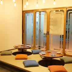 天井に吊るされた電球が落ち着いた雰囲気を演出。それぞれのお席で雰囲気が異なるのも魅力の一つ。