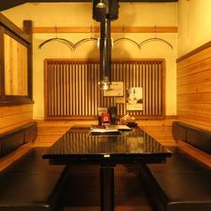 ベンチソファーのテーブル席。お友達や同僚とご利用ください。
