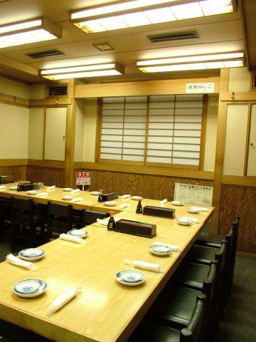 テーブル席もご用意しています。こちらは18名様まで可能。様々なお部屋にて大・小ご宴会承ります。