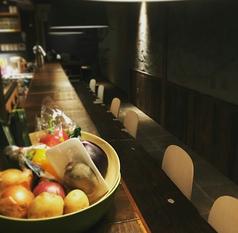 調理工程が見えるライブ感はカウンター席の特権。一人飲みもデートにと人気席です。