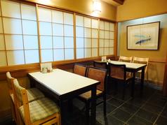 テーブル4名様×2席。ご家族やお友達、大切な方とごゆっくりお愉しみいただけます。