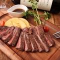 料理メニュー写真牛肩ロースのステーキ ガーリックソースで