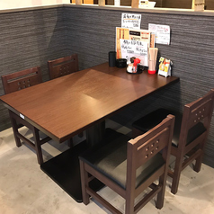 テーブル4名