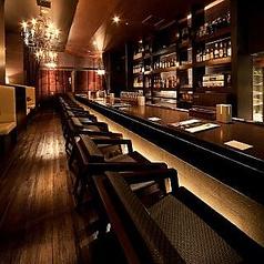 人気のカウンター。本格カクテルや常時50種類以上のウィスキーなどお酒を楽しみながらお食事ができます。