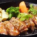 料理メニュー写真牛ステーキグリル BB特製ソース鉄板スタイル
