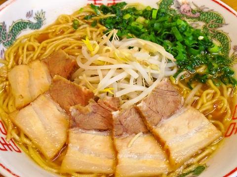昔ながらの豚骨醤油の中華そば。コラーゲンたっぷりスープの底には骨粉が沈んでいる。