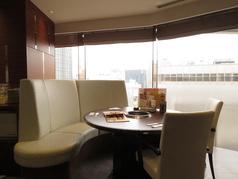 心地の良いソファー席も完備。窓際でワンランク上の焼肉をお愉しみいただけます。