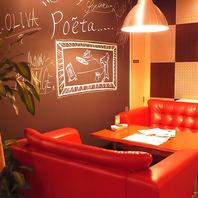 真っ赤なソファーはポエータのシンボル