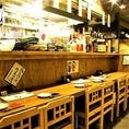 店内には仕事帰りにサク飲みにぴったりのカウンター席、ゆったり腰を据えてお食事を楽しめるテーブル席がございます。居酒屋好きにはたまらない、心地よい騒がしさの店内で気取らずのんびり、リラックスした時間をお楽しみください!