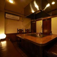 完全個室の鉄板を囲んだお席となります。10名様くらいまでの接待やご会食に最適な空間となります。