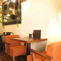 2名掛けのテーブルはついつい会話が弾んでしまう、落ち着きのある空間。ランチやディナーの様々なシーンでご利用いただけます。