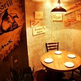 【1F】2名~4名様用の小さめのテーブル席。壁には可愛い豚の絵や、おすすめメニューがたくさん♪お仕事のこと、休暇の予定など、ゆっくり語らいながらお過ごし頂けます♪