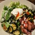 料理メニュー写真グリル野菜とベーコンエッグサラダ