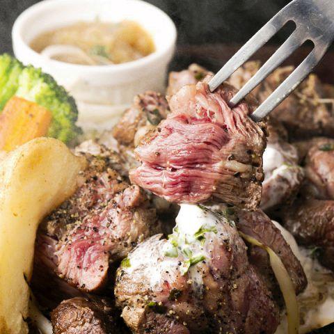 お肉の質にもこだわっておだしするので、注文いただいてから時間を少々いただいてます。それだけに調理方法に精細に向き合ってますので、納得のいくものを食べてほしいと考えております。あっさりとした肉本来の旨味を楽しむものから、濃い目の味付けで創作を楽しむものまで幅広く提供します。