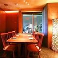 窓側のテーブル半個室。新宿の夜景を見ながらの宴会が可能です。新宿駅から徒歩1分とアクセスも抜群ですので歓迎会や送別会、同窓会などの各種宴会の際に最適です。8名様迄の半個室のお席ですので宴会にはもちろん接待やご会食などのシーンにも最適です。落ち着いた雰囲気の店内で響こだわりの本格和食をご堪能ください。
